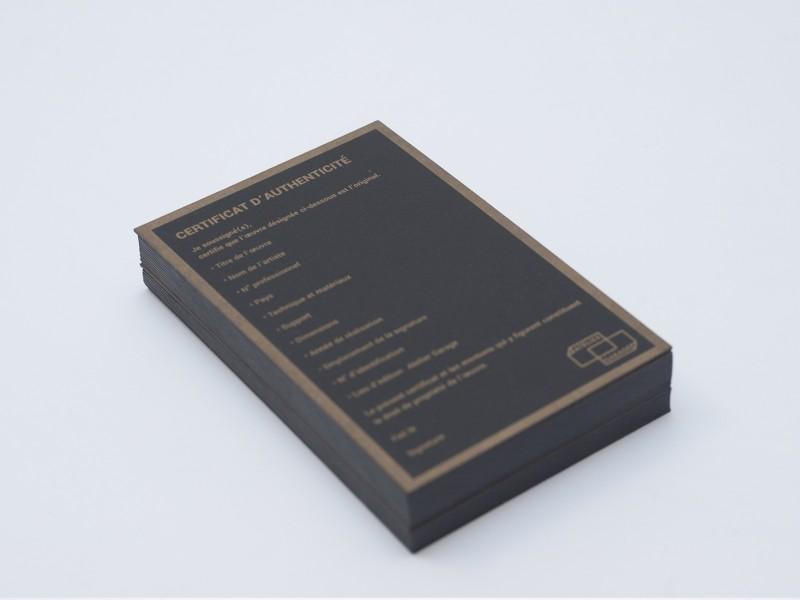 Certificat d'authenticité letterpress réalisé pour l'atelier d'édition artisanale lyonnais l'atelier garage. Impression pantone or 872U sur papier Fedrigoni Sirio Black Black 700g.